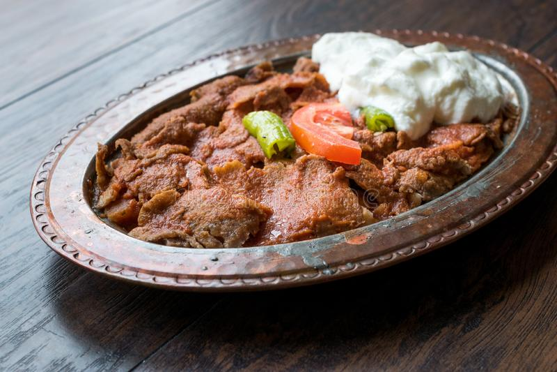 Iskender Doner/Turks Traditioneel Voedsel met Yoghurt in Antieke Koperplaat stock foto's