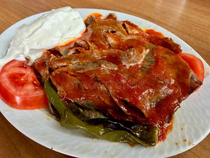 Iskender Doner/Turks Traditioneel Voedsel met Yoghurt/Yoghurt stock afbeelding