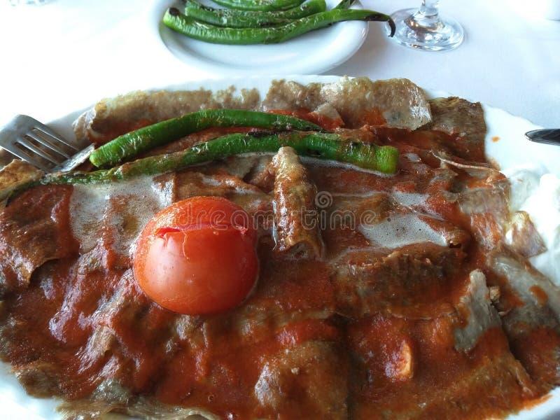 Iskender, traducido como Alexander el gran kebab es un plato turco gastrónomo calórico ultra alto bien conocido foto de archivo