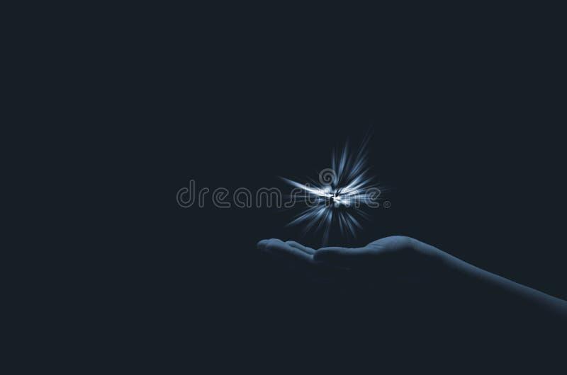 Iskra nadzieja w kobiety ręce na ciemnym tle Światło wiara obraz royalty free