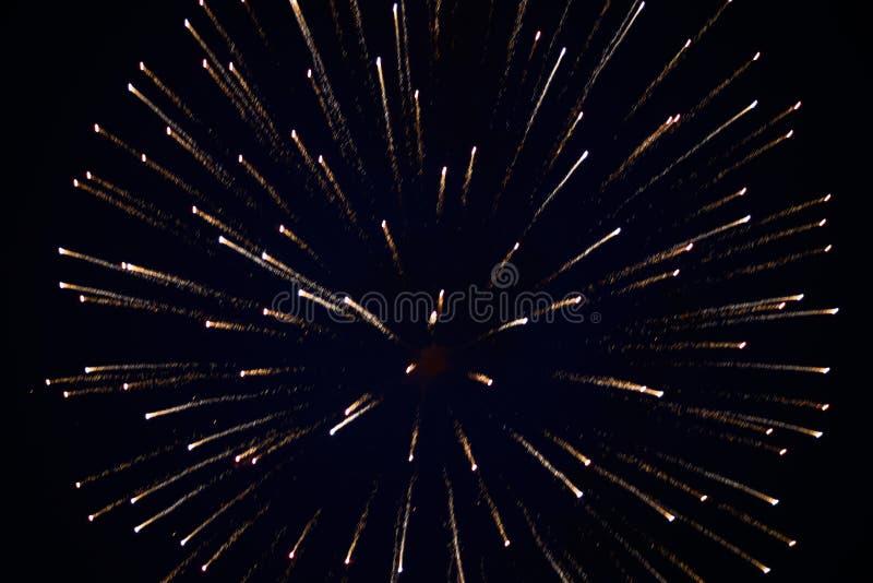 Iskrzasta salwa fajerwerki, w nocnym niebie, tło tekstura obraz royalty free