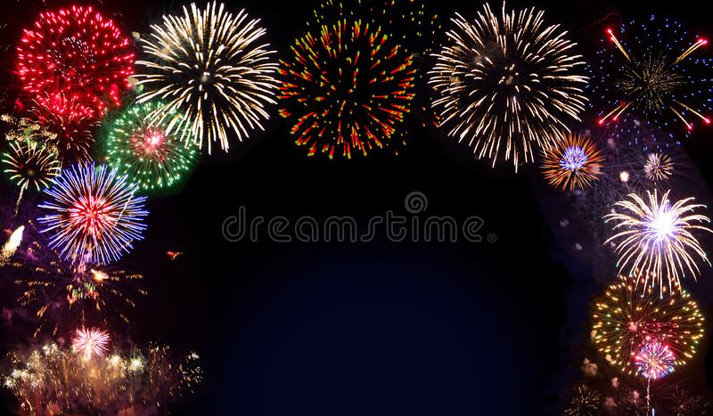 Iskrzaste salwy fajerwerki - świąteczny tło lub rama zdjęcia stock