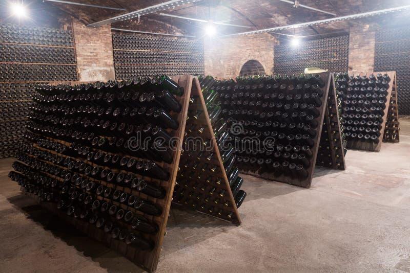 Iskrzastego wina butelki fermentuje w wytwórnia win lochu zdjęcie stock