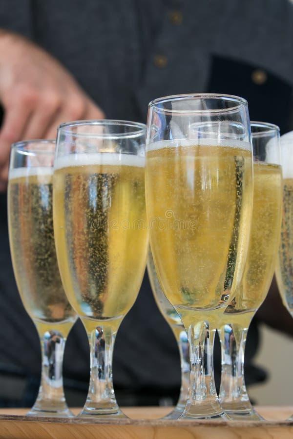 Iskrzasty wino w wysokich szkłach obrazy royalty free