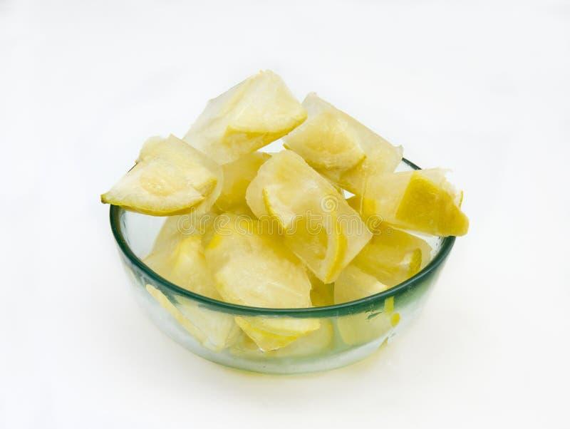 Iskuber med citroner arkivfoto