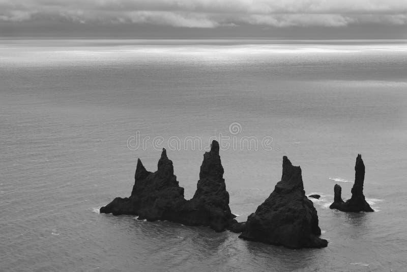 islândia Área sul Vik Pinacles e Atlant da rocha de Reynisdrangur imagens de stock