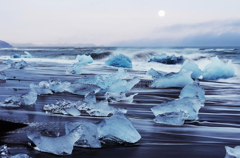 Islândia, lagoa de Jokulsarlon, imagem fria bonita da paisagem da baía islandêsa da lagoa da geleira imagens de stock