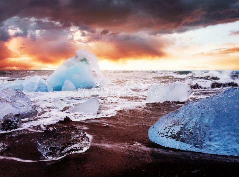 Islândia, lagoa de Jokulsarlon, imagem fria bonita da paisagem da baía islandêsa da lagoa da geleira imagens de stock royalty free
