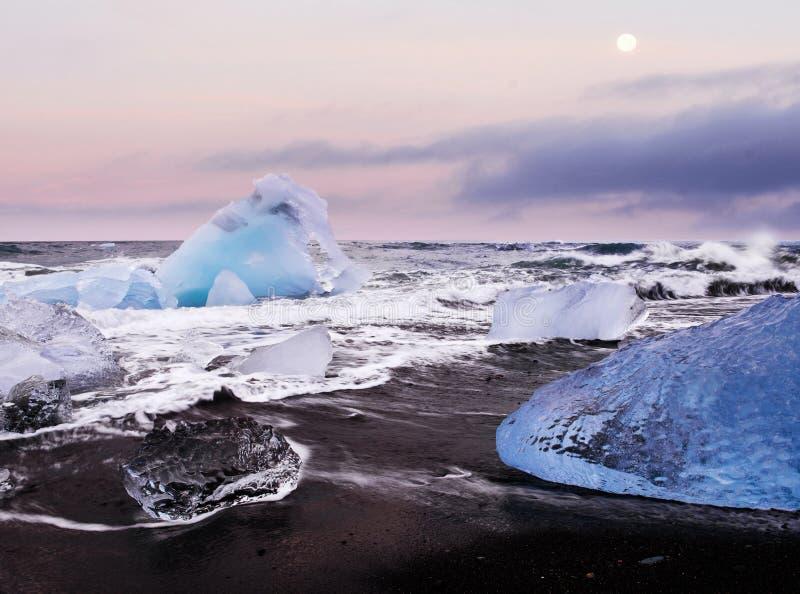 Islândia, lagoa de Jokulsarlon, imagem fria bonita da paisagem da baía islandêsa da lagoa da geleira imagem de stock