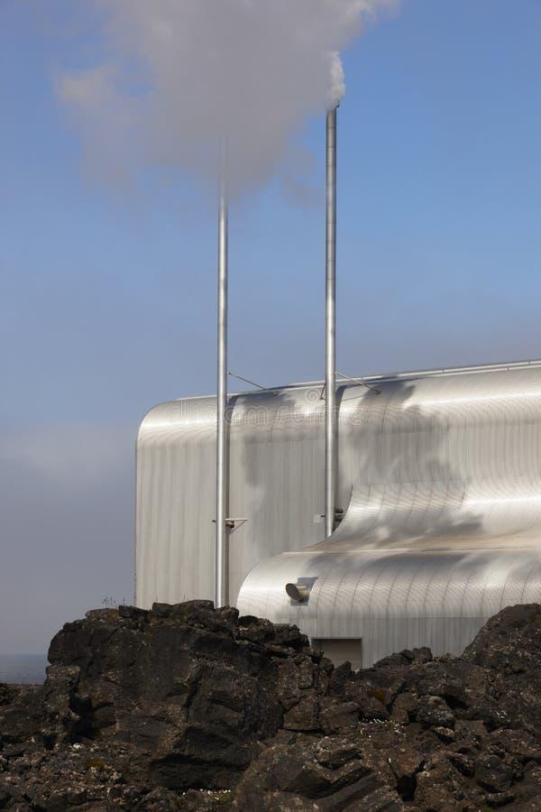 Islândia. Península de Reykjanes. Planta geotérmica e rocha vulcânica imagem de stock royalty free