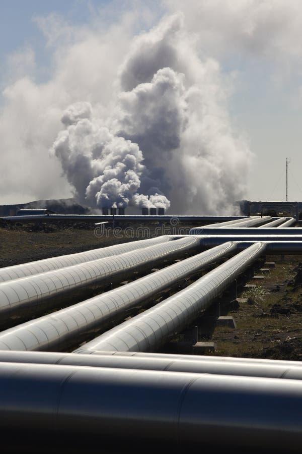 Islândia. Península de Reykjanes. Planta geotérmica e rocha vulcânica imagem de stock