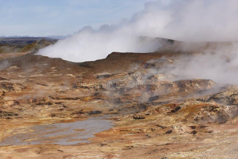Islândia. Península de Reykjanes. Planta geotérmica e rocha vulcânica imagens de stock royalty free