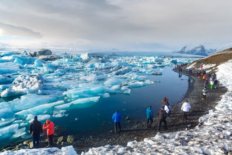 Islândia sul - 12 de março de 2017 Turista que anda ao longo do la da geleira fotografia de stock royalty free
