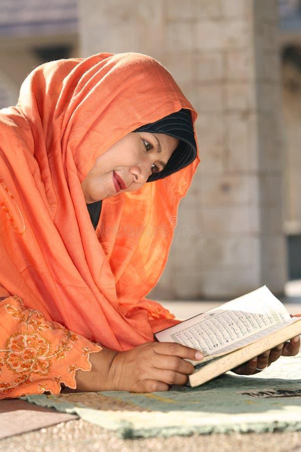 Islão, leitura Koran da mulher imagem de stock