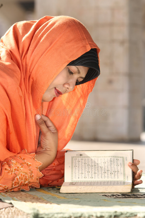 Islão, leitura Qur'an da mulher imagens de stock