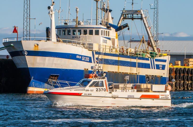 Isländische Fischerboote stockfotos