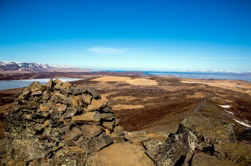 Isl?ndische Landschaft mit Steinhaufen im Vordergrund lizenzfreie stockfotos