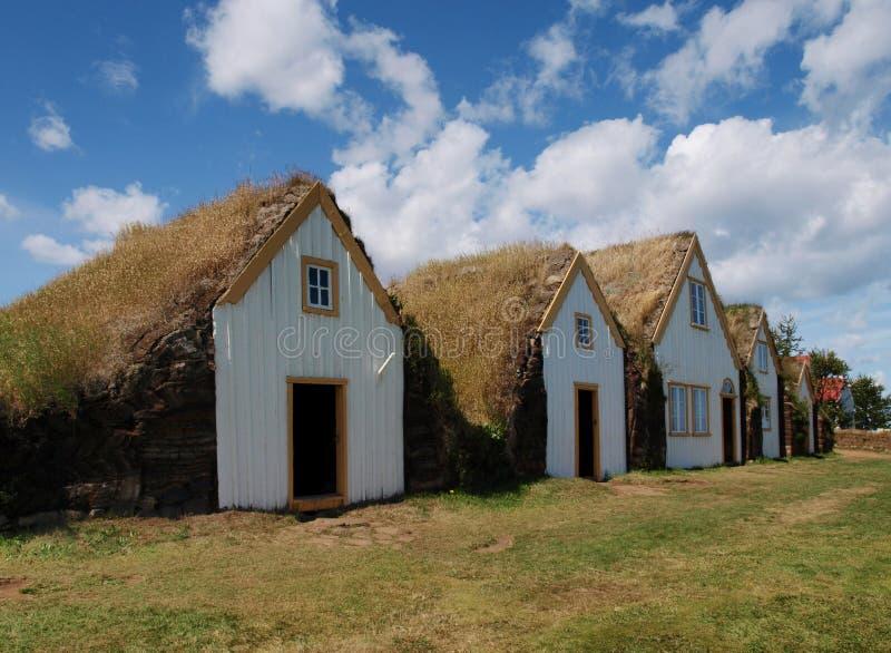 Isländische traditionelle Rasenhäuser stockbilder