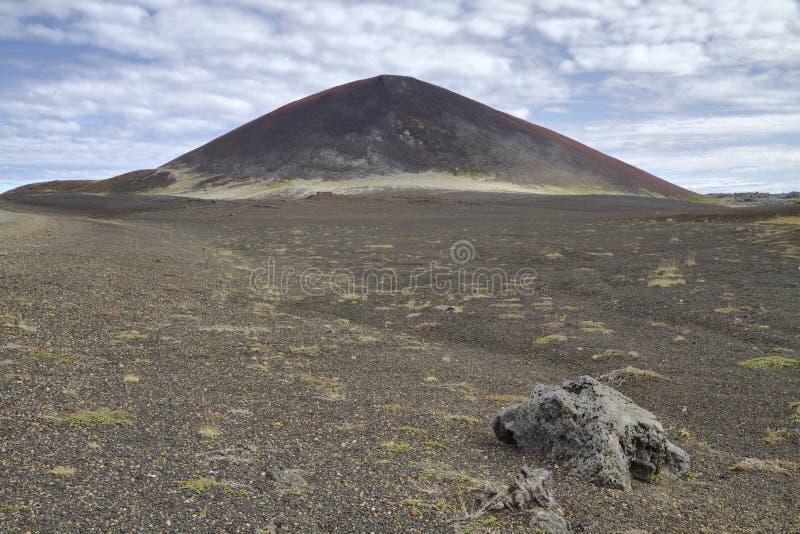 Isländischer vulkanischer Kegel und Ödland stockfoto