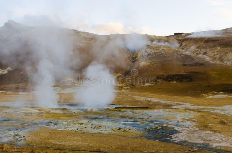 Isländsk geysir i sommar, ånga som går ut ur jordning arkivfoton