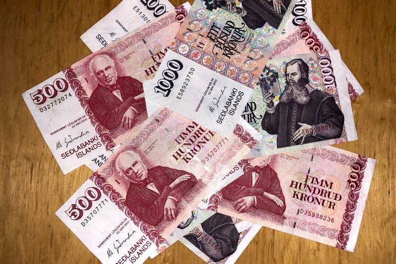Isländsk kassa Pengar av Island Flera räkningar för isländsk krona på trätabellen Den isländska kronaen är den nationella valutan fotografering för bildbyråer