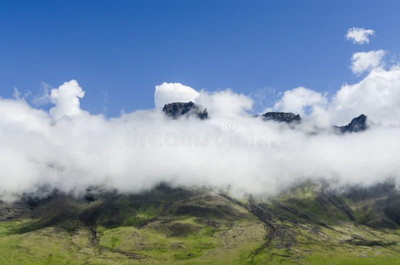 Isländskt berg i moln på vägen till ringleden arkivbild