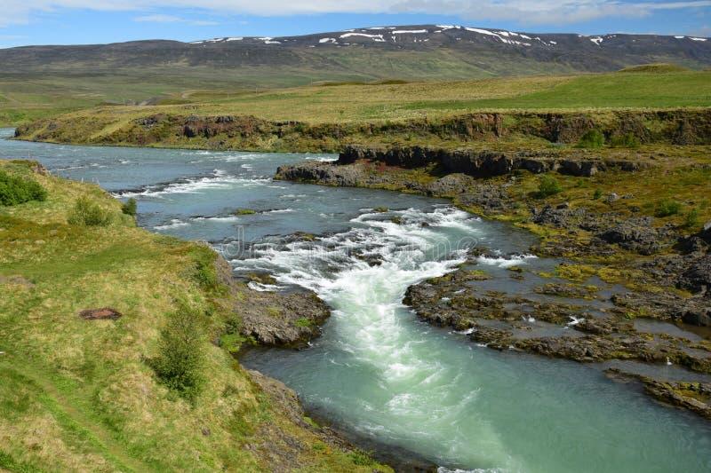 Isländskt landskap, flod Blanda i Island med berg i bakgrunden, nära Blönduos arkivbilder