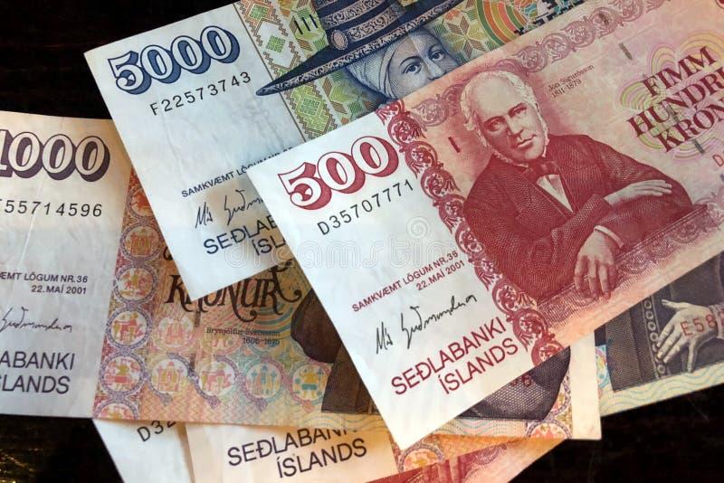 Isl?ndsk kassa Pengar av Island Flera r?kningar f?r isl?ndsk krona p? tr?tabellen Den isl?ndska kronaen ?r den nationella valutan arkivbilder