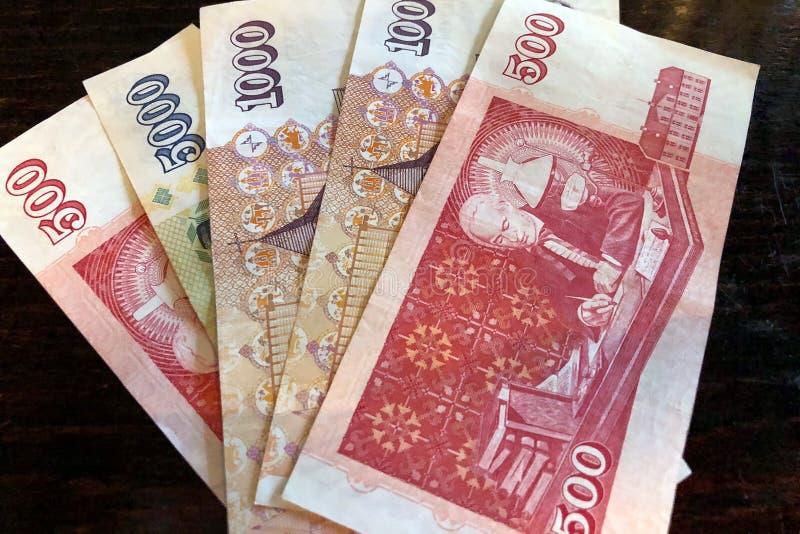 Isl?ndsk kassa Pengar av Island Flera r?kningar f?r isl?ndsk krona p? tr?tabellen Den isl?ndska kronaen ?r den nationella valutan arkivbild