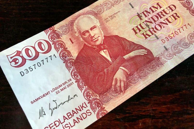 Isl?ndsk kassa Pengar av Island Räkning för isländsk krona 500 på trätabellen Den isl?ndska kronaen ?r den nationella valutan av  royaltyfri foto