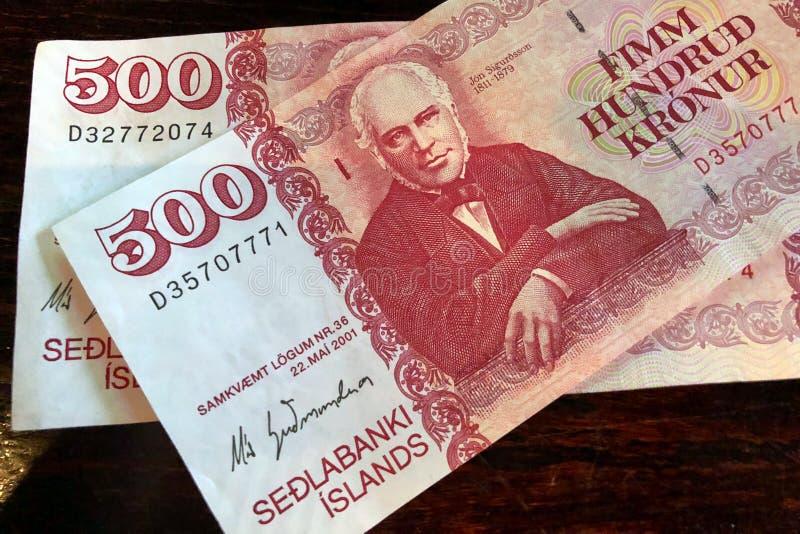 Isl?ndsk kassa Pengar av Island R?kning f?r isl?ndsk krona 500 p? tr?tabellen Den isl?ndska kronaen ?r den nationella valutan av  royaltyfri fotografi