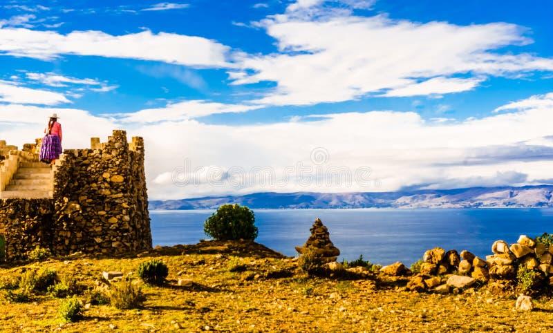 isla的del sol土产妇女的喀喀湖-玻利维亚 图库摄影