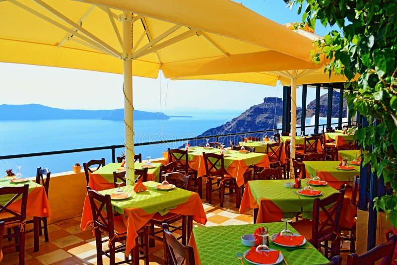 Isla al aire libre de Santorini del restaurante delicioso de las opiniones que asienta imagenes de archivo