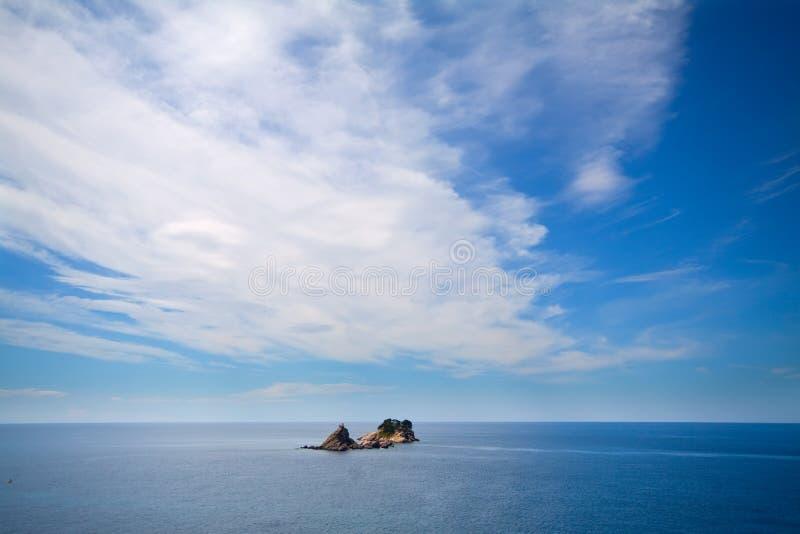Isla alejada en el océano imagen de archivo
