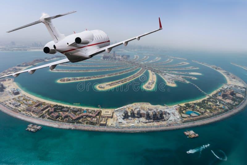Isla artificial de la palma de Dubai con el jet privado fotografía de archivo libre de regalías