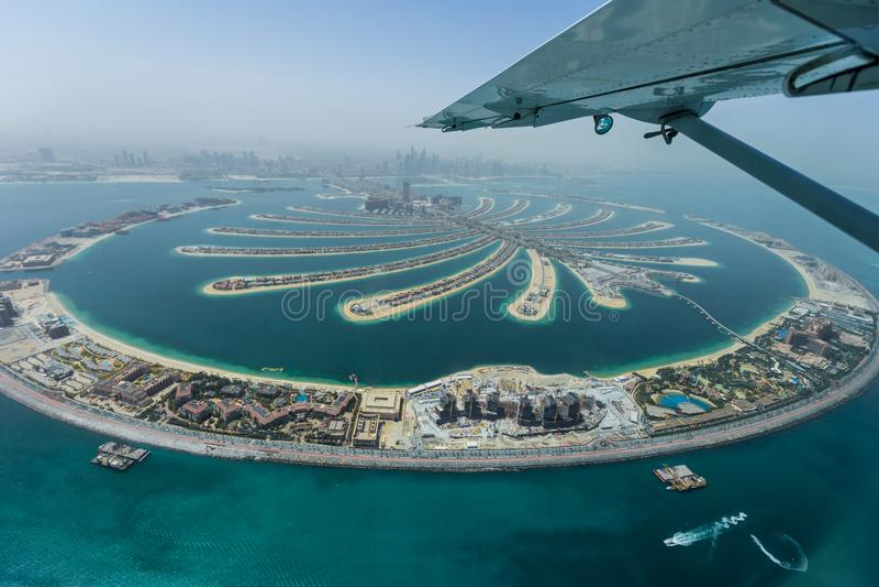 Isla artificial de la palma de Dubai del hidroavión imagen de archivo
