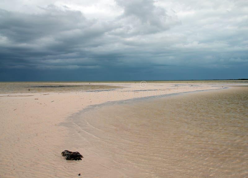 Isla Blanca-strand onder stormachtige hemel op het Isla Blanca-schiereiland Cancun Mexico stock afbeelding