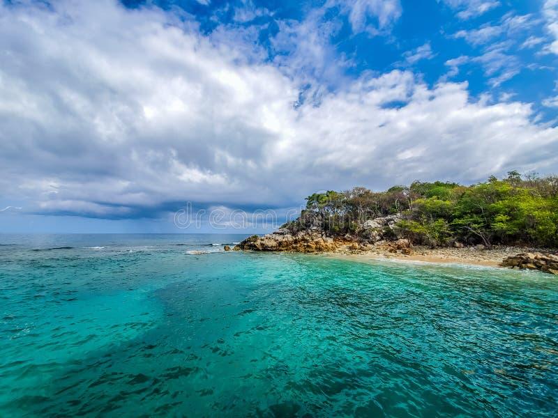 Isla caribeña con el océano y el cielo fotos de archivo