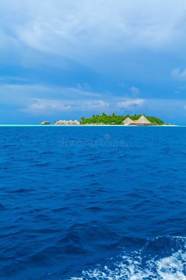 Isla con el complejo playero, Maldivas imagen de archivo
