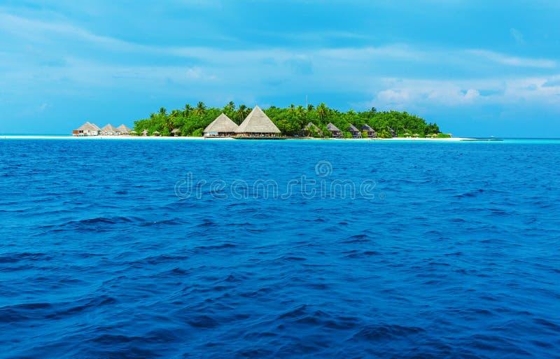 Isla con el complejo playero, Maldivas fotos de archivo
