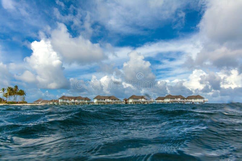 Isla con el complejo playero tirado del agua fotos de archivo libres de regalías