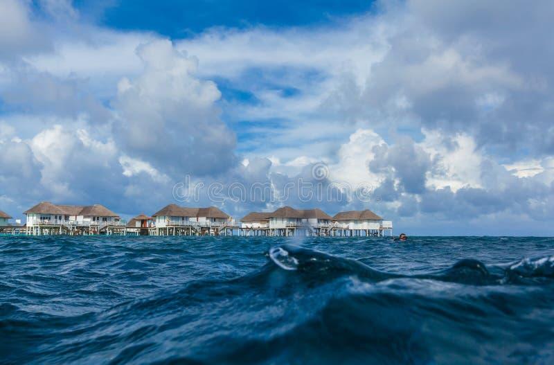 Isla con el complejo playero tirado del agua fotografía de archivo