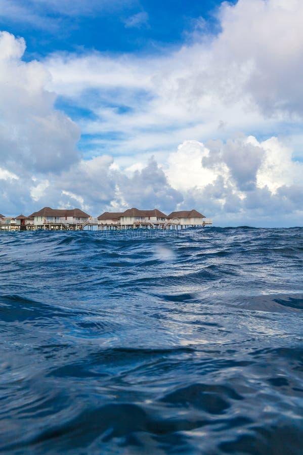 Isla con el complejo playero tirado del agua imágenes de archivo libres de regalías