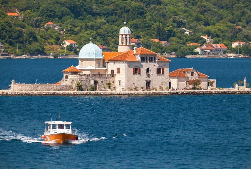 Isla con la iglesia en la bahía de Kotor fotos de archivo