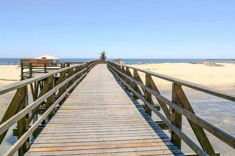 Isla Cristina plaża i drewno most w Costa De Los angeles Luz, Huelva, Hiszpania w frontowej Punta Del Morał wiosce blisko plaż Ay zdjęcia royalty free