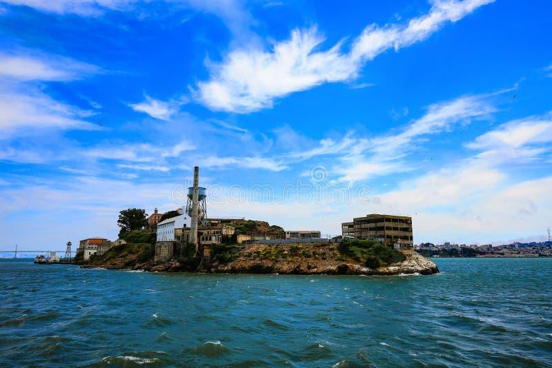 Isla de Alcatraz en agua en San Francisco fotos de archivo