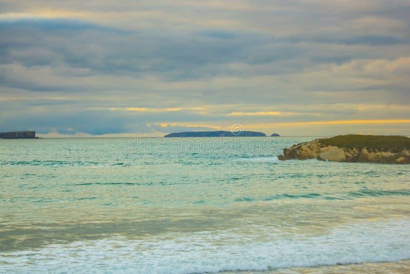 Isla de Berlenga del portugués en el crepúsculo, mirado de la playa de Baleal imagen de archivo libre de regalías