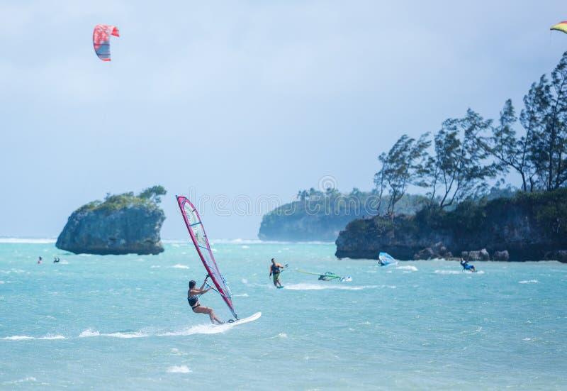 Isla de Boracay, Filipinas - 26 de enero: windsurfers y kiteboarders que disfrutan de energía eólica en la playa de Bulabog foto de archivo libre de regalías
