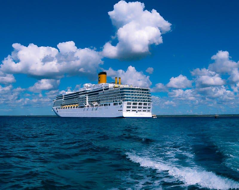 Isla de Catalina, República Dominicana 5 de febrero de 2013: Barco de cruceros de Costa Luminosa, poseído y actuado por Crociere imágenes de archivo libres de regalías