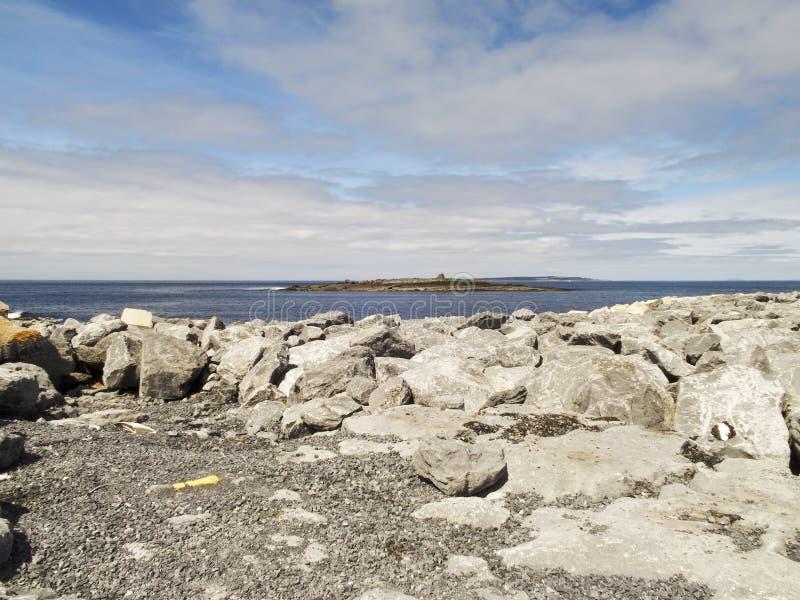 Isla de CCrab vista del embarcadero de Doolin con Aran Islands detrás fotos de archivo